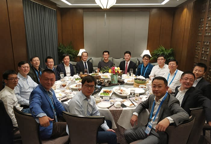 Sixteen tech leaders sit at a round table at the 'internet dinner' in Wuzhen in 2017