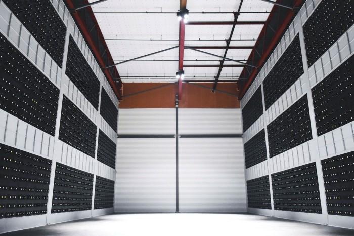 Rak server di pusat data yang dioperasikan oleh KryptoVault Norwegia