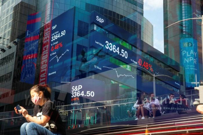 Τα δεδομένα της αγοράς αναβοσβήνουν στις εξωτερικές οθόνες στα κεντρικά γραφεία της Morgan Stanley στη Νέα Υόρκη