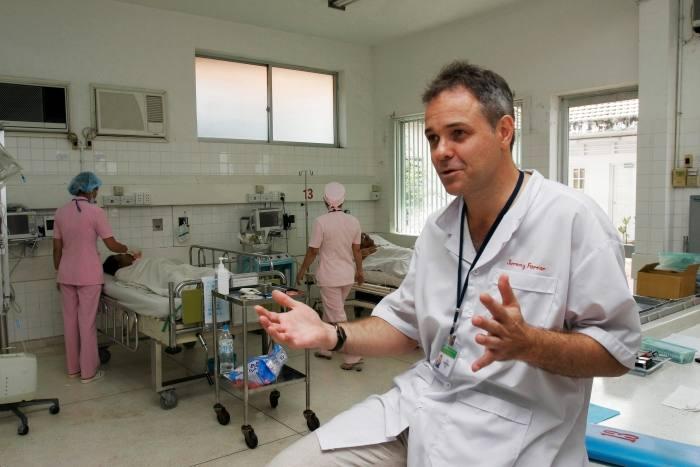 Jeremy Farrar in Vietnam quando era Direttore dell'Unità di Ricerca Clinica presso l'Università di Oxford nel 2006