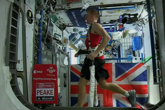 رائد الفضاء البريطاني تيم بيك يجري على جهاز المشي في محطة الفضاء الدولية في عام 2016