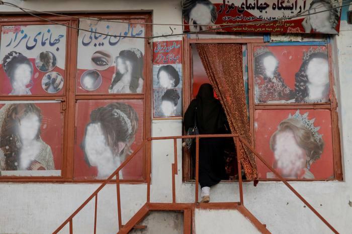 Portraits défigurés de femmes dans un salon de beauté de Kaboul