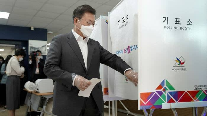 South Korean president Moon Jae-in enters a polling booth © AP