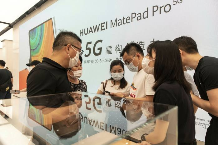 The new flagship store in Shanghai is Huawei's largest in the world . . .