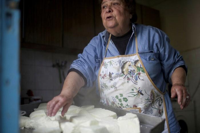 Μια Κυπριακή γυναίκα ετοιμάζει τυρί χαλούμι στο σπίτι της