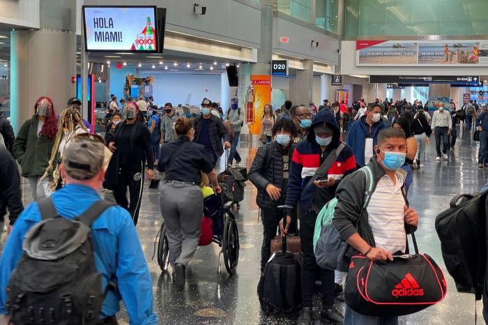 Reisende am Miami International Airport inmitten der Coronavirus-Pandemie