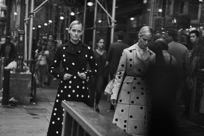 From left: Amber Valletta and Carolyn Murphy in s/s 2018's Noir andBlanc Domino coats
