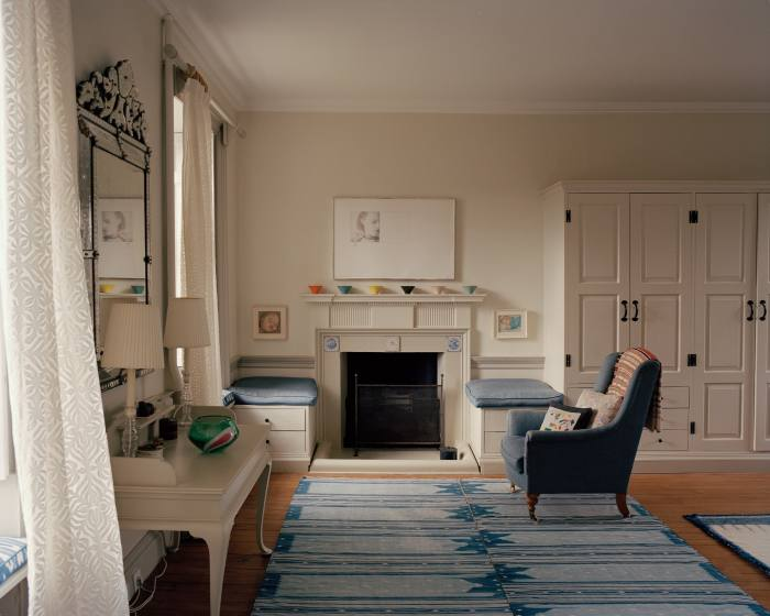 A drawing by Kings hangs in this bedroom, with a Joss Graham dhurrie onthe floor