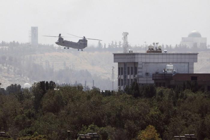 Un hélicoptère américain Chinook survole dimanche l'ambassade américaine à Kaboul