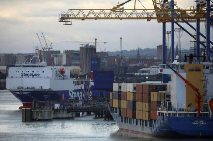 Un barco de contenedores en el puerto de Belfast.  Los supermercados de Irlanda del Norte se están quedando sin productos frescos debido al gran volumen de nuevos trámites que ahora se requieren para procesar los envíos desde Gran Bretaña.