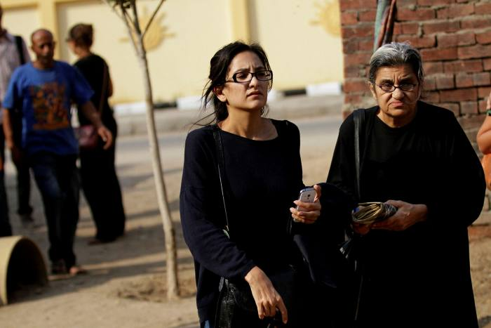 """Diez años después de la Primavera Árabe, la activista egipcia Mona Seif (izquierda) continúa enfocándose en la difícil situación de su hermano y hermana encarcelados.  """"No opero con esperanza.  Mi principal motivación es sobrevivir en el hogar """", dice."""