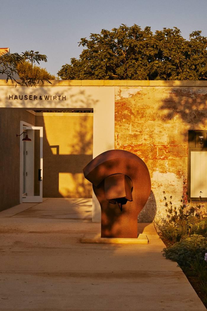 Elogio del vacío VI, 2000, byEduardo Chillida, at the gallery entrance