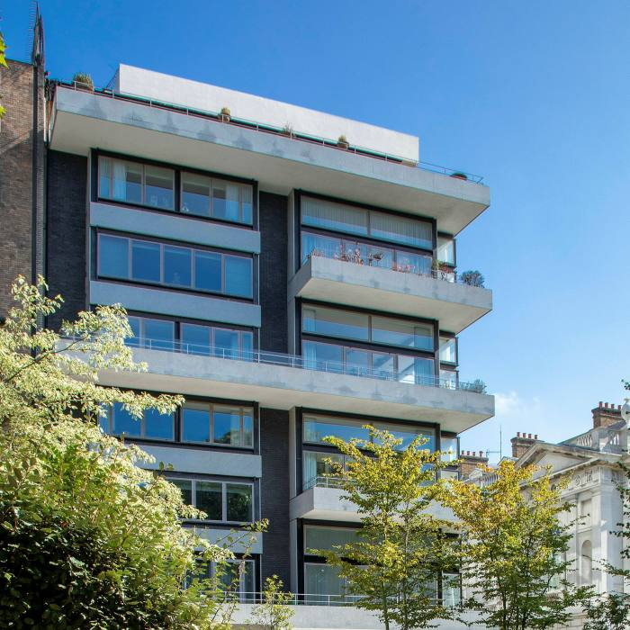 ...is a five-minute walk from Denys Lasdun's residential 26 St James's Place (1959-60)