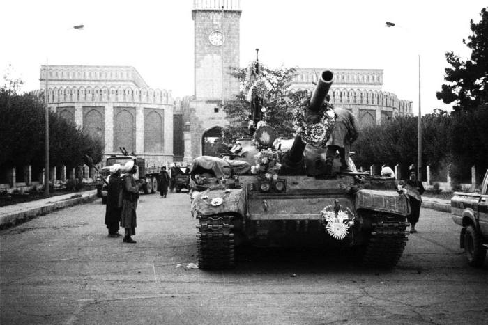 Tanks manned by Taliban fighters in front of the presidential palace in Kabul in 1996