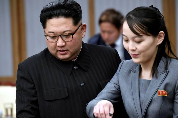 Kim Yo Jong (derecha), hermana de Kim Jong Un, es una asesora cercana del dictador norcoreano