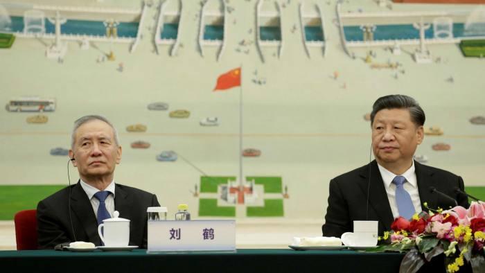 Liu He, a la izquierda, es el asesor económico y financiero más confiable de Xi Jinping, el presidente de China.