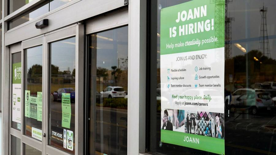 New US jobless claims decline slightly to 900,000
