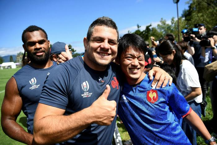 Frenchman Guilhem Guirado poses with Japanese fan after training in Fujiyoshida ahead of 2019 Rugby World Cup