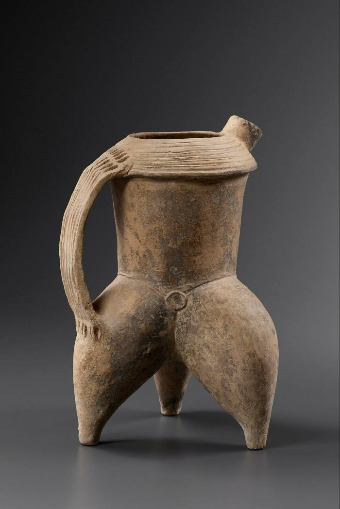 Pottery tripod ewer from China, Neolithic period (c.5000-2000 BC), asking price €18,000