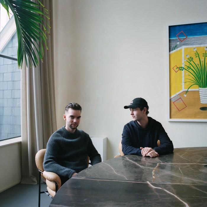 Curtis Penning (links) en Lloyd op hun werkplek in Amsterdam