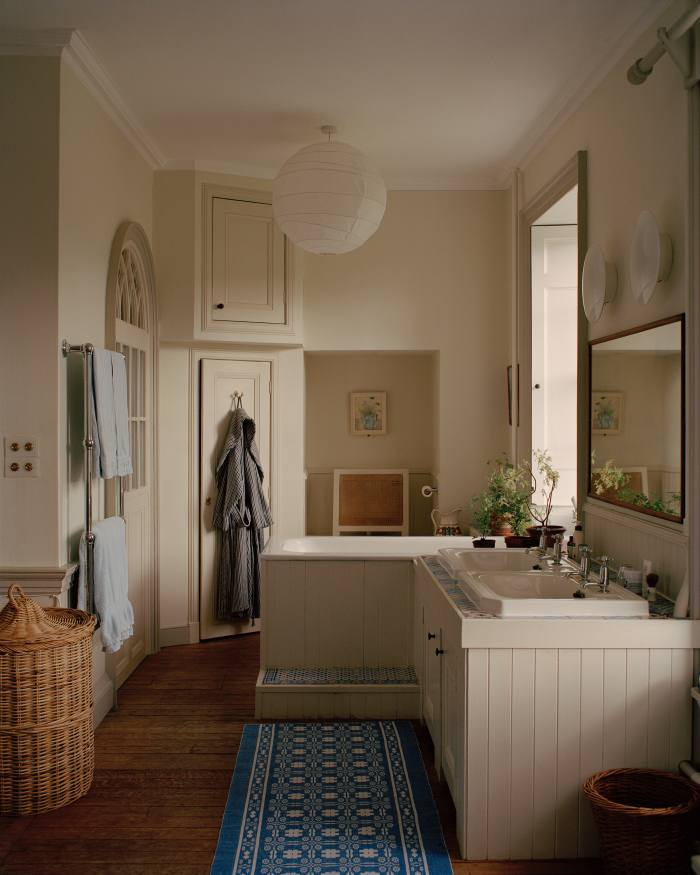 One early change the couple made was toraise the bath to be able to lookout of thewindow