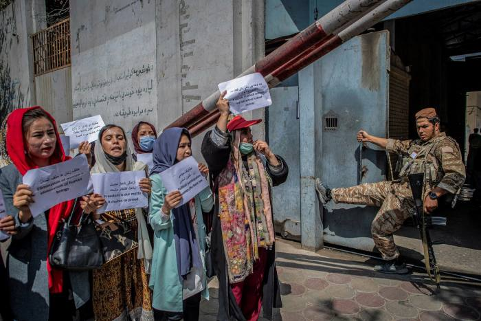 Les manifestants à Kaboul réclament de meilleurs droits pour les femmes.