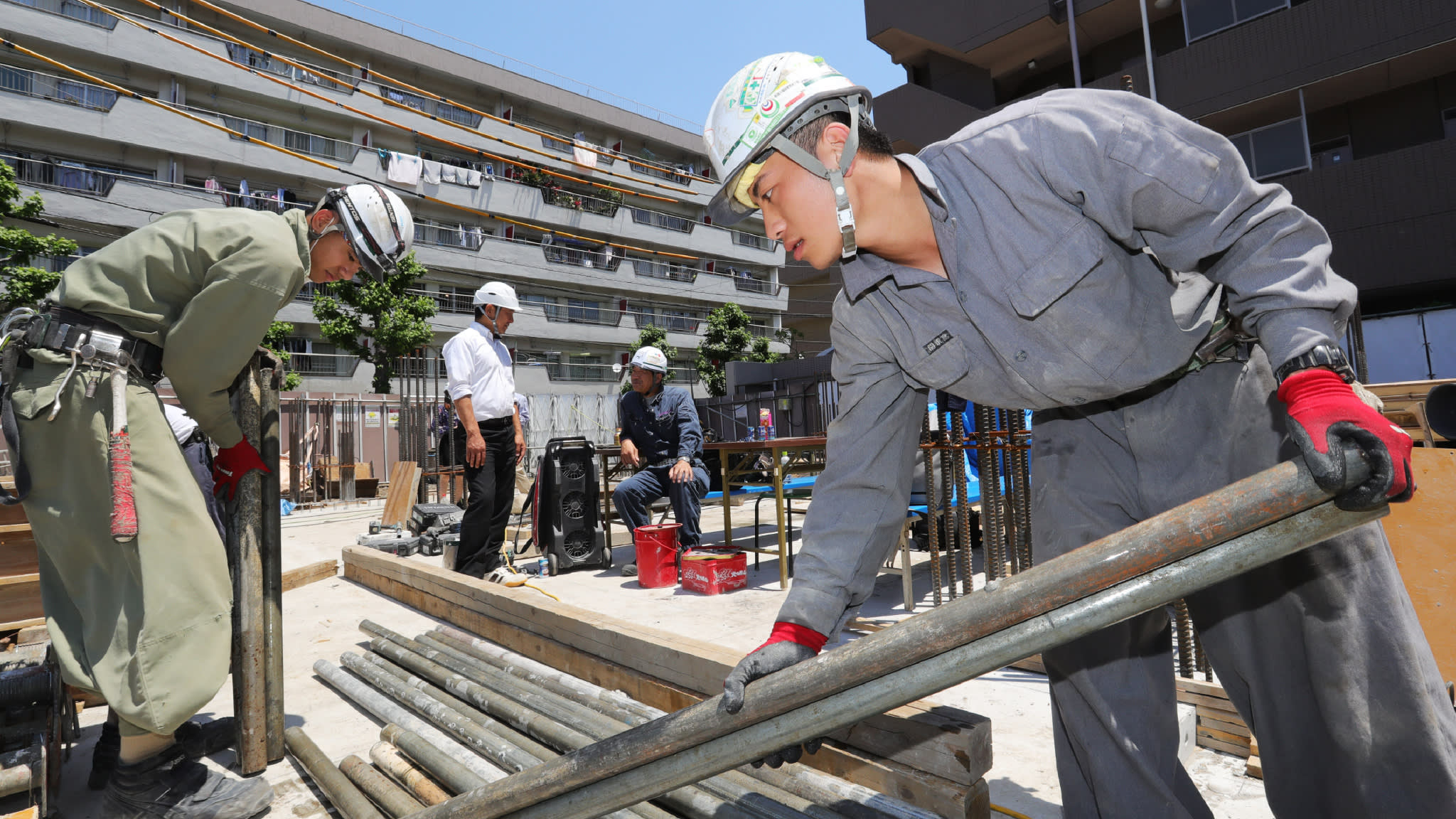 A Vietnamese technical trainee works at a construction site in Tokyo. (Photo by Ken Kobayashi)