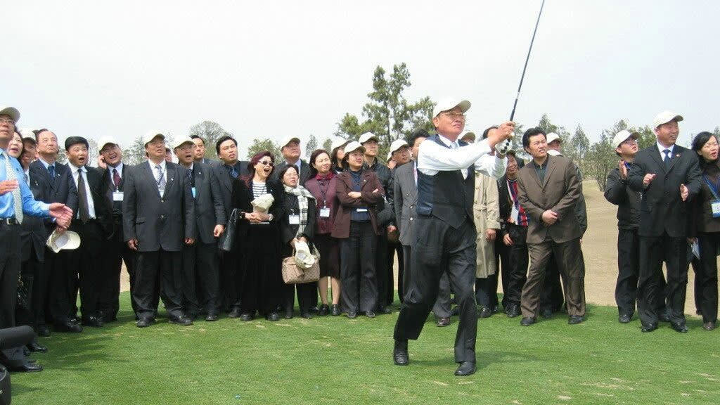 The late Chiang Pin-kung, as a bridge between Taiwan and mainland China, played golf with local Taiwanese business leaders in China on a 2005 visit.