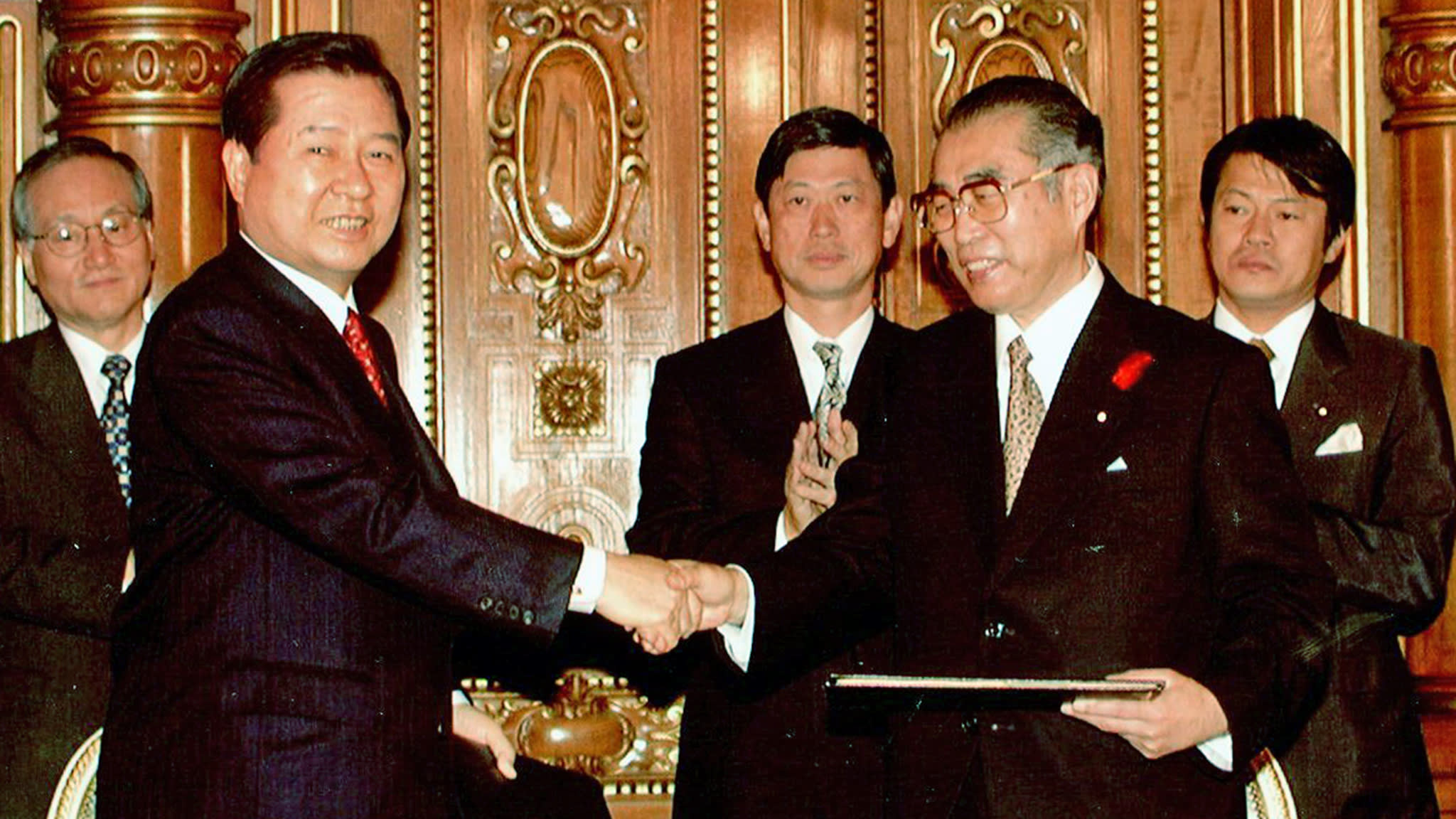 Then-Japanese Prime Minister Keizo Obuchi, right, and then-South Korean President Kim Dae-jung sign a joint declaration in Tokyo in 1998.