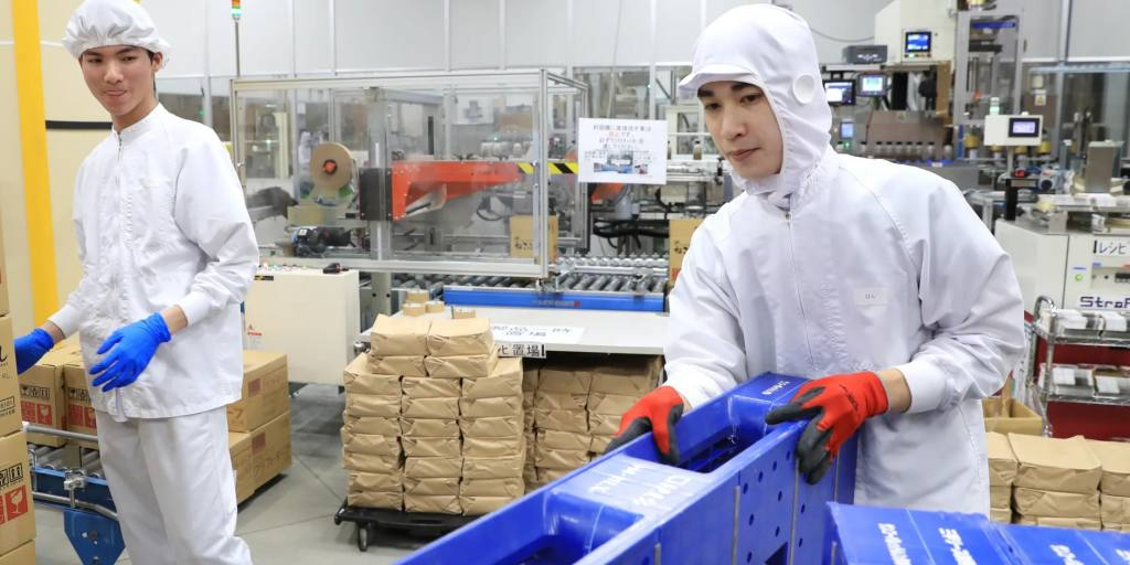 Snubbed by foreigners, Japan revamps blue-collar work visa program