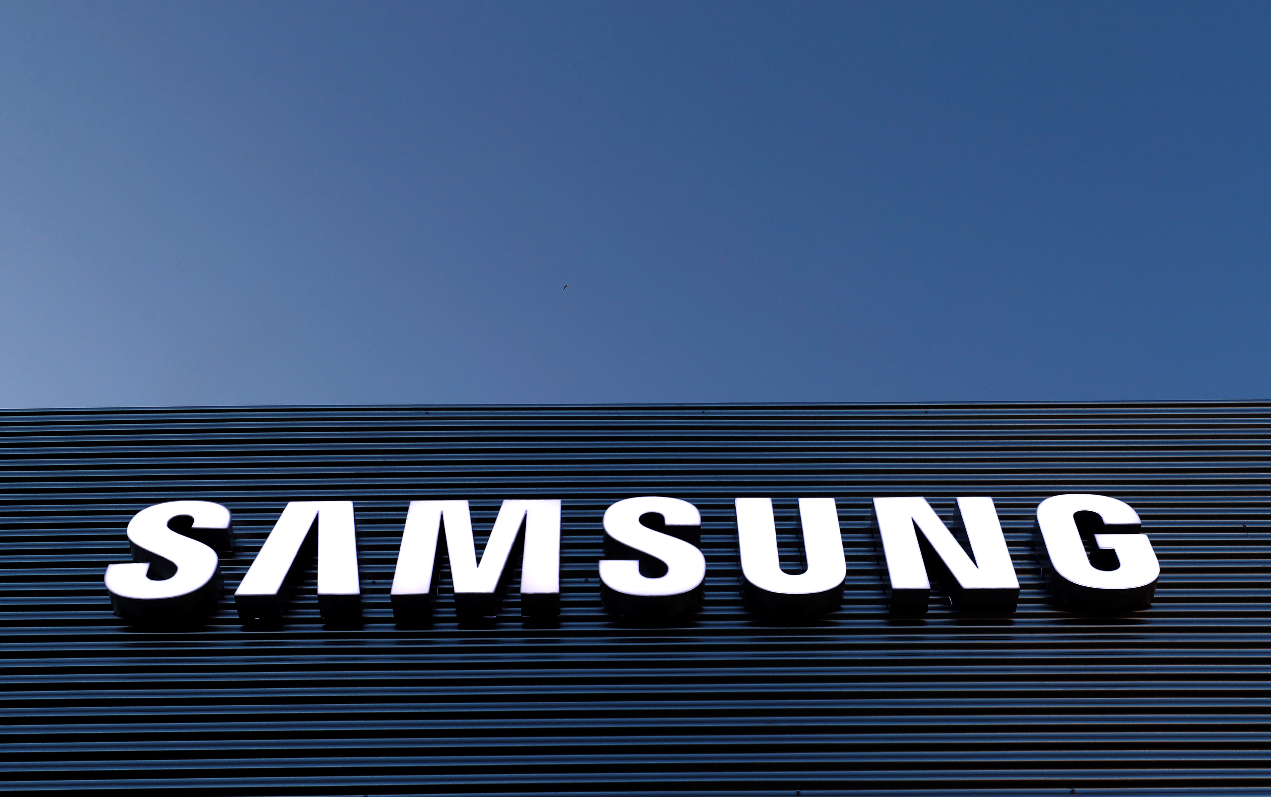 samsung logs record quarterly profit on strong chip sales nikkei