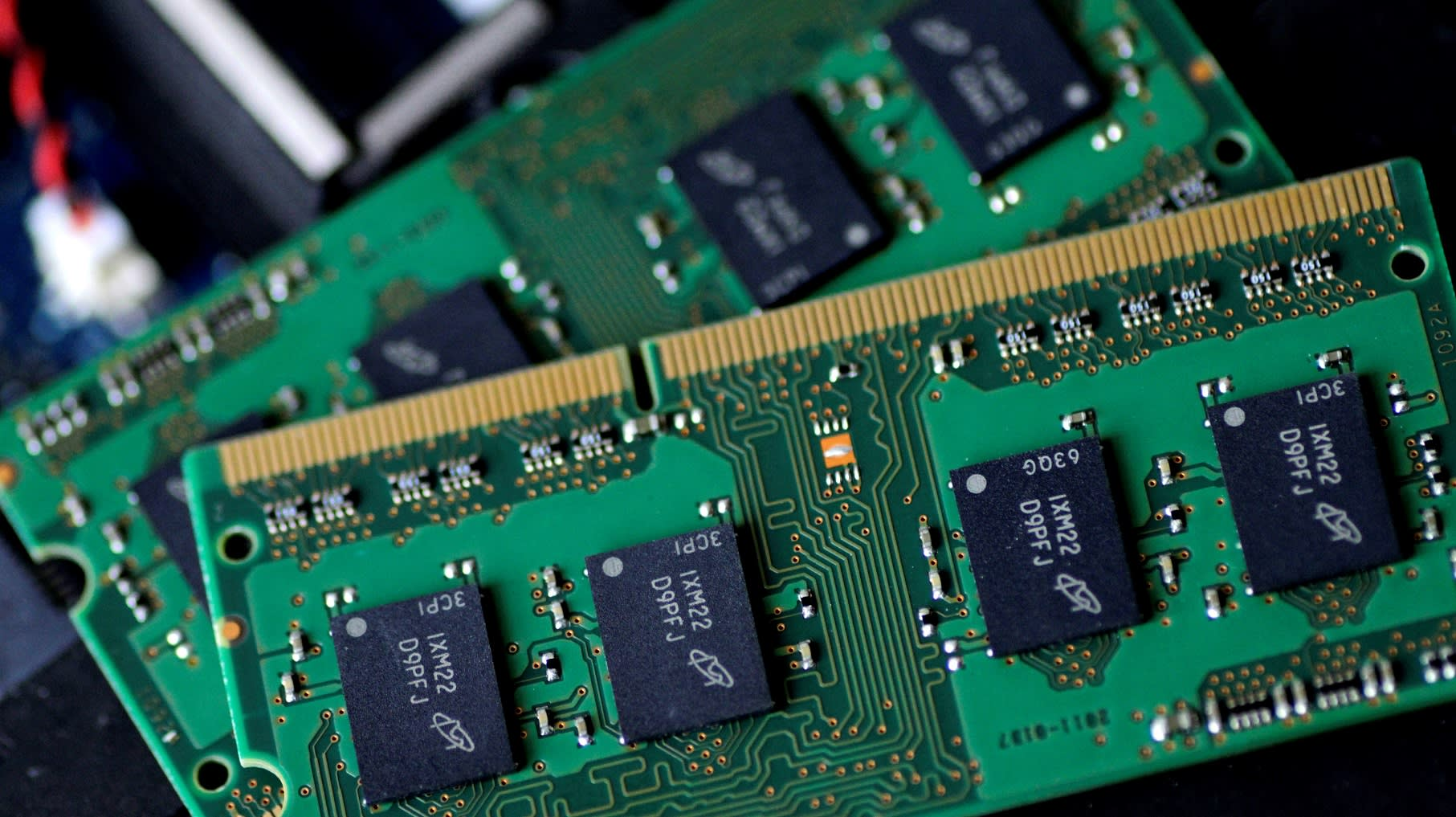 us threatens chinese chipmaker with ban on buying american tech
