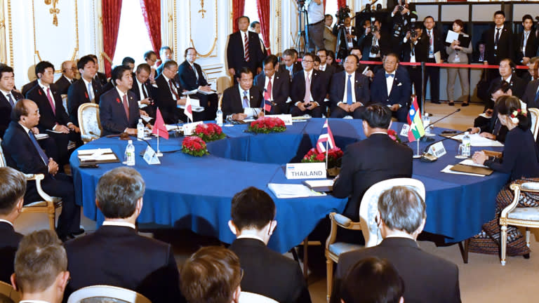 Mekong region leaders and Japanese Prime Minister Shinzo Abe discuss how to further develop the region during the 10th Japan-Mekong Summit Meeting at the Akasaka Palace in Tokyo on Oct. 9. (Photo by Wataru Ito)