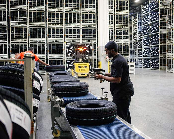 Workers load tyres on to a conveyor belt at the Continental centre in South Carolina (© Continental\/Fraunhofer Gesellschaft)