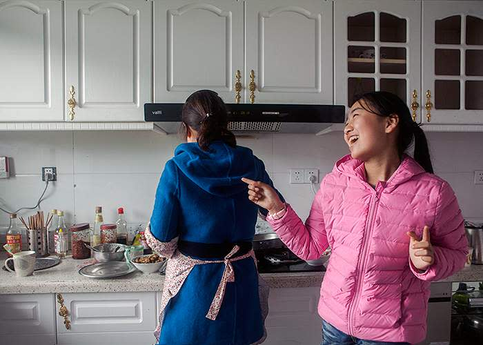 Eva and her older cousin cook dinner in Pingshang