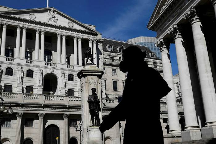 BoE holds rates as it pumps extra £150bn into economy