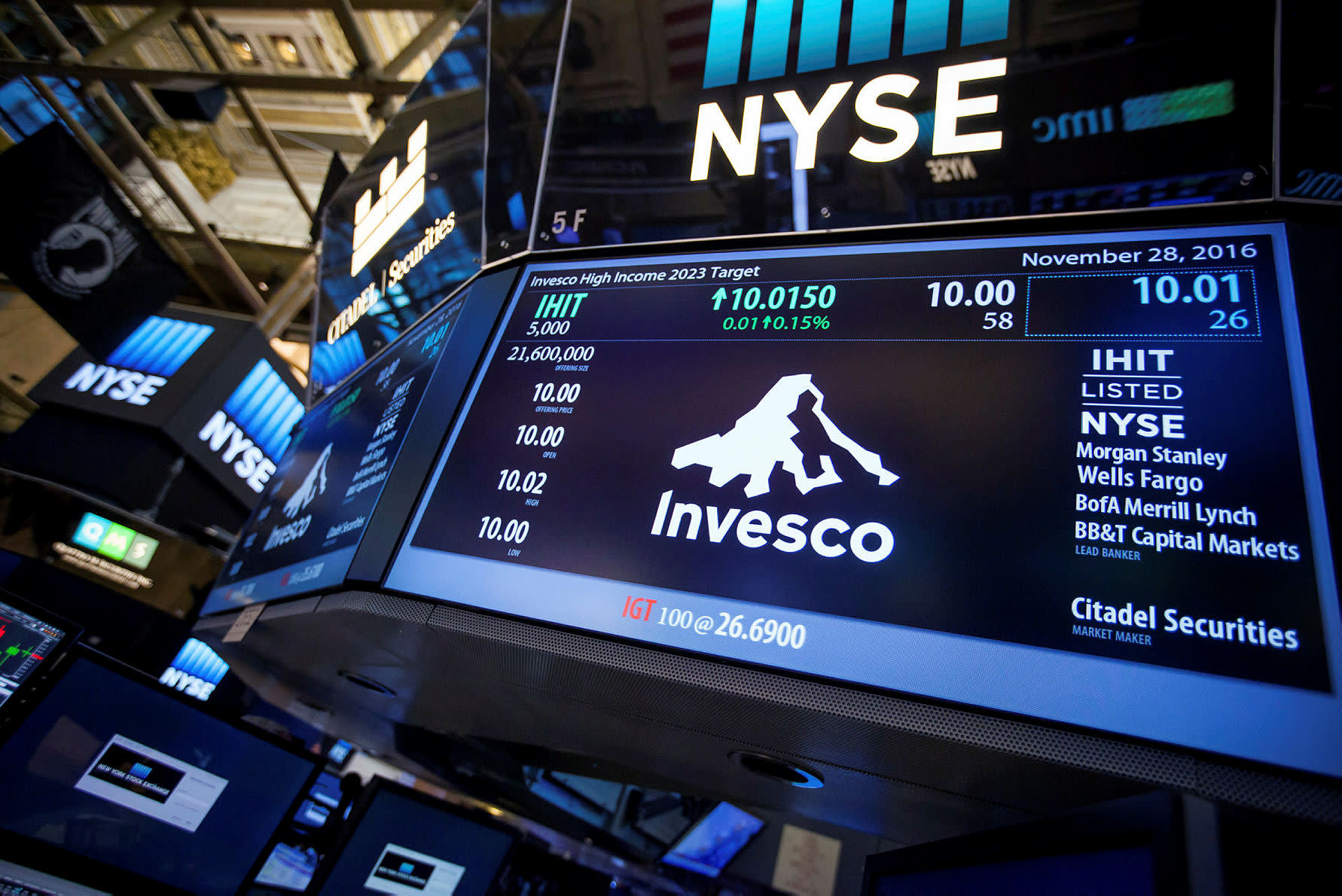 Investors pull nearly £1bn from Invesco