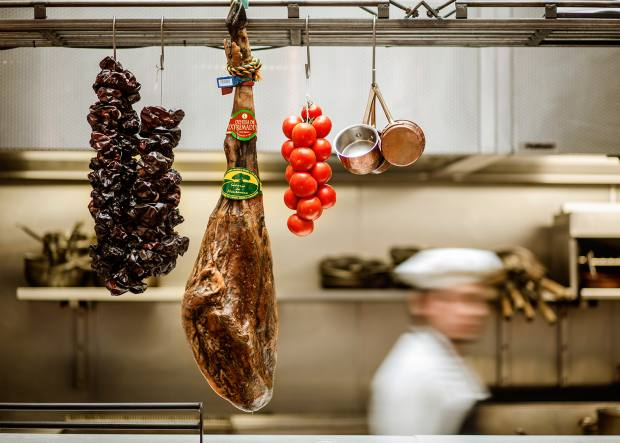 The classes are guided by expert talladores de jamón