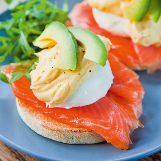 Poached egg with hollandaise sauce, avocado, rocket and smoked salmon on a muffin