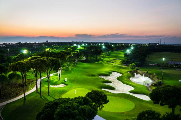 With its specially lit holes, the golf course offers the joy of the game at any time, day or night