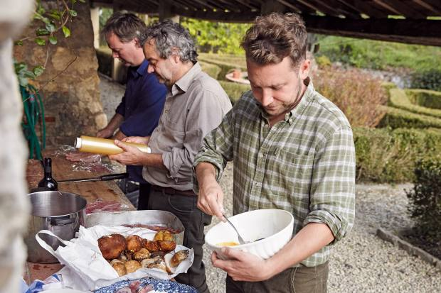 Oliver Rampley (farright) prepares the night'sdinner with Hixandthe author