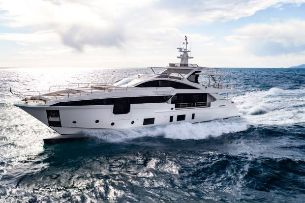 The Azimut Grande 35Metri has awave-piercinghull, extending thewaterline as the bow rises outofthe water
