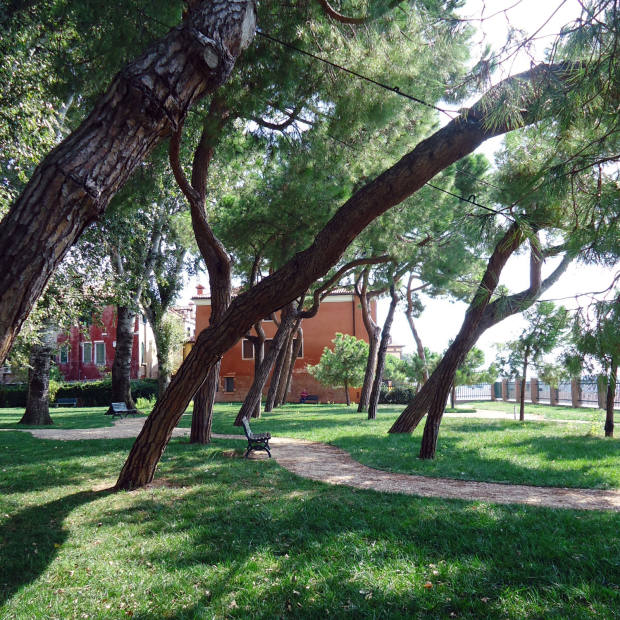 Oblò Architetti built a path around the inclined pine trees of the Levante Marinaressa garden so that it could accommodate open-air public art exhibitions