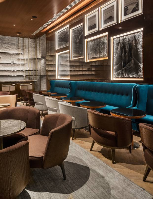 The Burle Bar coctelería withits allegorical stone feature wall