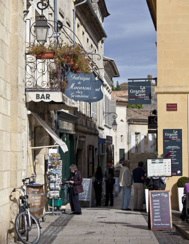 Tourists shopping in St Emilion