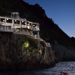 Il Riccio restaurant, located above the famous Blue Grotto.
