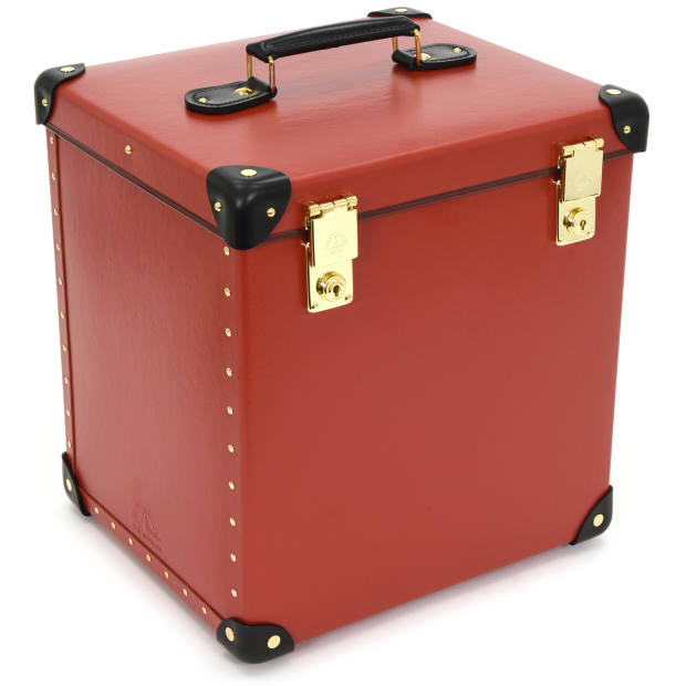 The case holds a bottle of champagne with two flutes (stored in specially designed internal compartments) and a removable tray to separate sweet and savoury courses