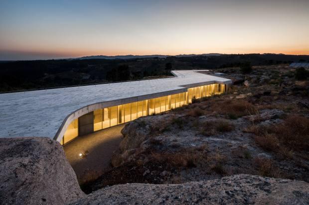 Mesa de Lemos weaves sinuously through vast granite boulders of the valley