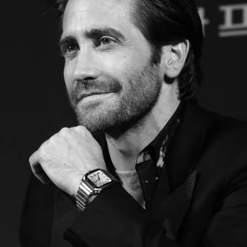 Jake Gyllenhaal wears a steel Cartier Santos