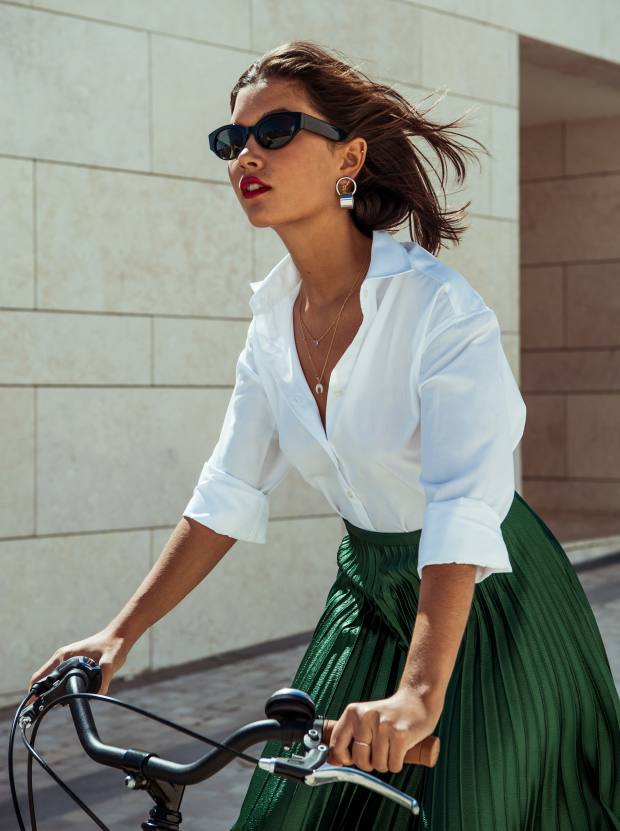 The Paul shirt can be worn more informally, with the sleeves rolled up and the neckline open